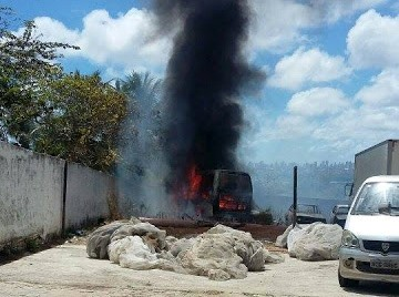 Incêndio em vegetação atinge veículo (foto:Via Certa)